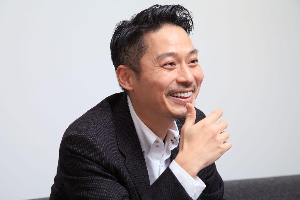 バチェラー・ジャパン司会役で経営者。坂東 工のマネーの哲学から紐解く、「au PAY」の魅力とは   AMP[アンプ] -  ビジネスインスピレーションメディア