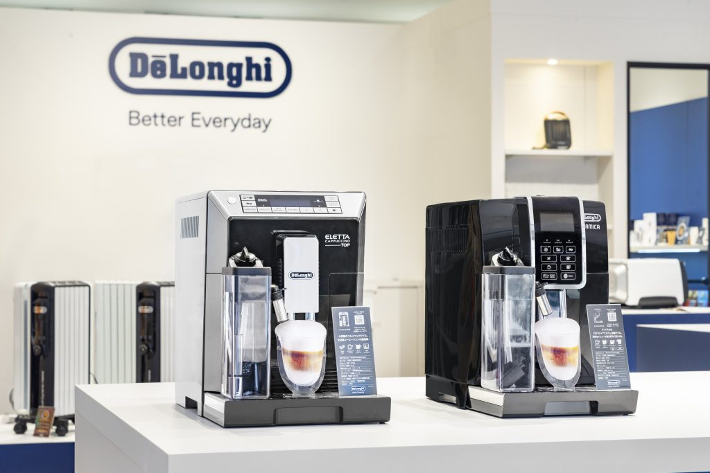 エレッタ カプチーノ トップ全自動コーヒーマシン  写真右: ディナミカ全自動コーヒーマシン