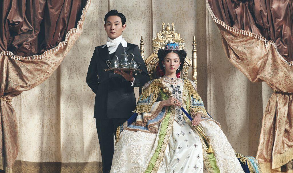 満島ひかりさん演じる女王様「UQUEEN」と、松田龍平さん演じる執事