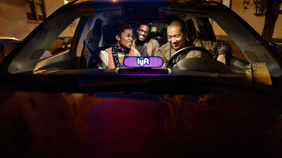 Uberの宿敵「Lyft」の戦略は異業種コラボ。ディズニーやタコベルと提携する狙いは?