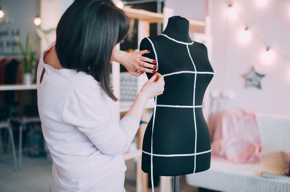 """""""スマホ""""と""""A4用紙""""で衣服を採寸。AIアパレル採寸アプリ「MeasureBot」がアパレルEC市場拡大を加速させるか"""