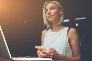 大企業社員でも将来不安から副業へ高い関心。男性は投資、女性はクリエイティブ傾向