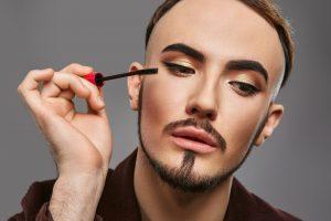 「化粧=女性だけのもの」は時代遅れ。世界中で全ての性に向けた化粧品が続々登場