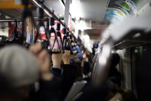 """通勤電車内の過ごし方で""""収入満足度""""に差が出る?ビジネスパーソンの通勤電車事情の調査"""