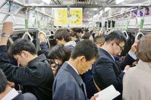 通勤電車内での学びに関する実態調査ーー約半数の会社員がスキルアップに活用したい
