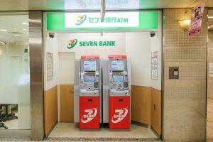 """「日払い」で人手不足は解消する?セブン銀行やレジで受け取れる""""給与即時払いサービス"""""""