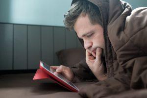 「ミレニアル世代は疲れている」――ベッドを出たがらない若者たち