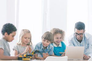 コミュニケーションロボットを活用したプログラミング教育の実証授業を小学校で開始