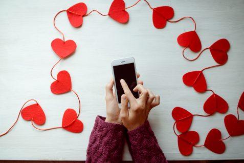 「スマホネイティブの恋愛事情」。恋愛をするうえで、スマホは必要不可欠なアイテム